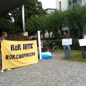 Protestera utanför Byggnadsnämnden: Inga bostadsrätter i Borgareparken!